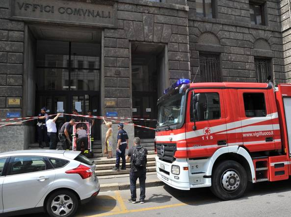 Milano: il fratello del killer del Tribunale si barrica all'Anagrafe