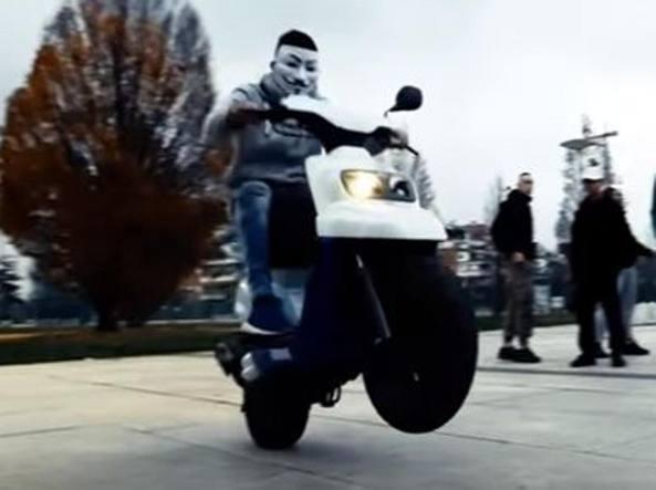 Uno dei ragazzi arrestati era apparso, mascherato, in un video del rapper MACO su YouTube