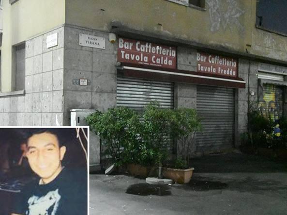 Il bar di piazza Tirana, all'angolo con via Giambellino, teatro della drammatica lite. Nel riquadro Roberto, la vittima 18enne di origini egiziane (foto Daniele Bennati)