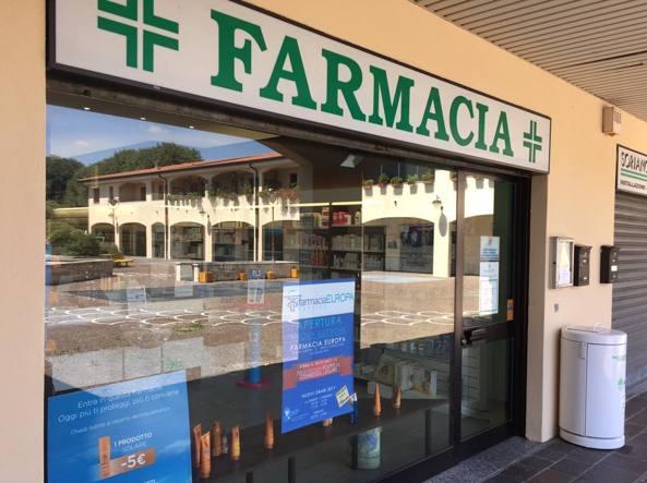 La farmacia «Europa» nella omonima piazza di Corsico, finita sotto la lente degli investigatori dell'antimafia