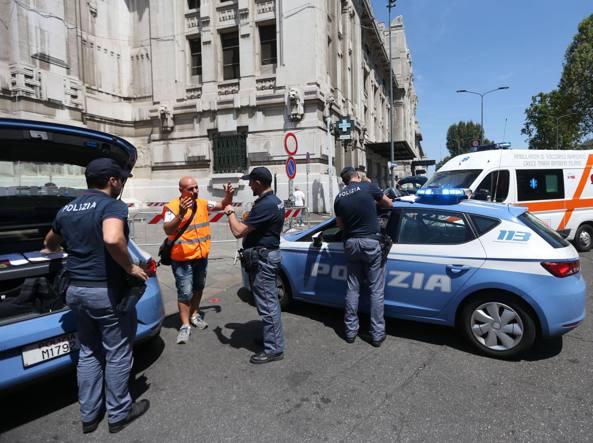 Milano, poliziotto ferito in stazione Centrale: era intervenuto per lite su pullman