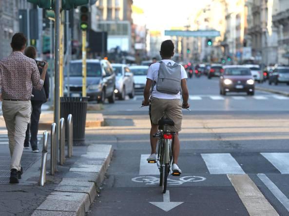 Ciclista contromano in corso Buenos Aires (Stefano Porta/LaPresse)