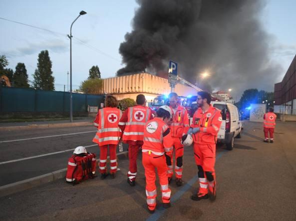 Quindici squadre di vigili del fuoco al lavoro a Bruzzano (foto Daniele Bennati)