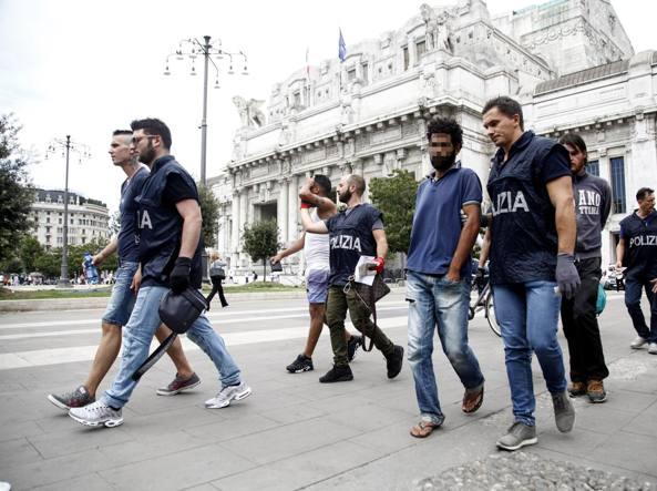 Milano, stazione invasa da spacciatori e immigrati. Maxi blitz della polizia
