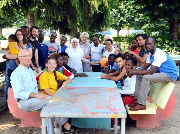 Foto di gruppo alla parrocchia Beata Vergine Assunta di Bruzzano, che in estate ospita migranti