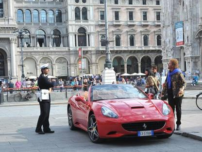 Christina De Sica gira in piazza Duomo