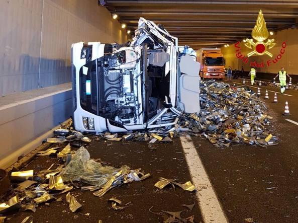 Incidente sulla Torino-Milano, scontro fra due camion: uno si ribalta, grave l'autista