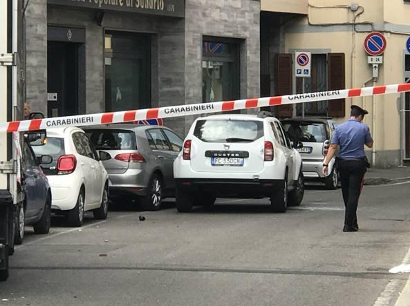 Non vuole andare in ospedale e fugge dai carabinieri: sparatoria in strada