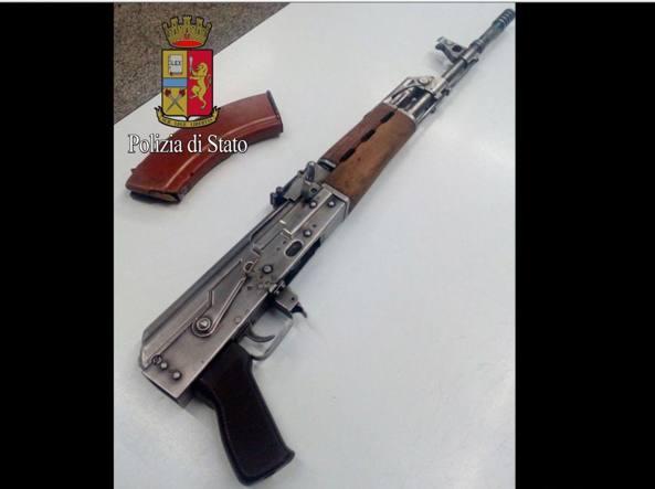 Il fucile Zastava  M70, versione jugoslava del kalashnikov Ak47, con il calciolo segato