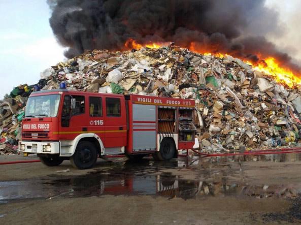 Incendio azienda Mortara, si consiglia di tenere le finestre chiuse