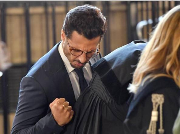 Fabrizio Corona esulta in aula dopo la lettura della sentenza, 12 giugno 2017 (Ansa)