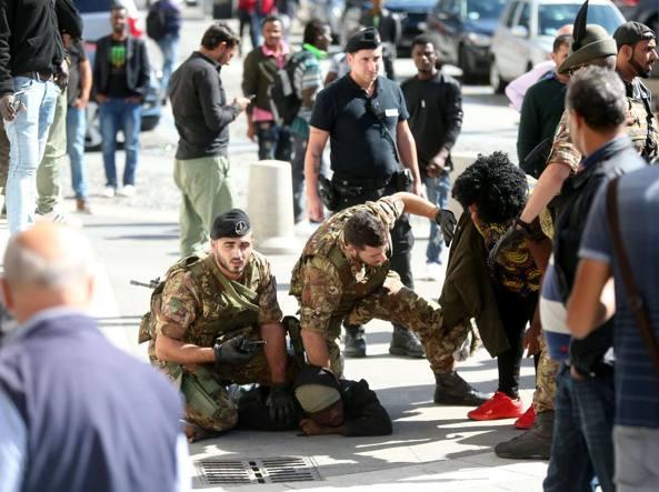 L'arresto dello straniero che spaccava i vetri delle auto davanti alla Stazione Centrale (foto Stefano Porta/LaPresse)