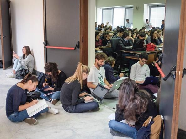 Una classe di studenti immortalata durante una lezione, lunedì pomeriggio, nella sede storica della Statale in via Festa del Perdono (LaPresse)