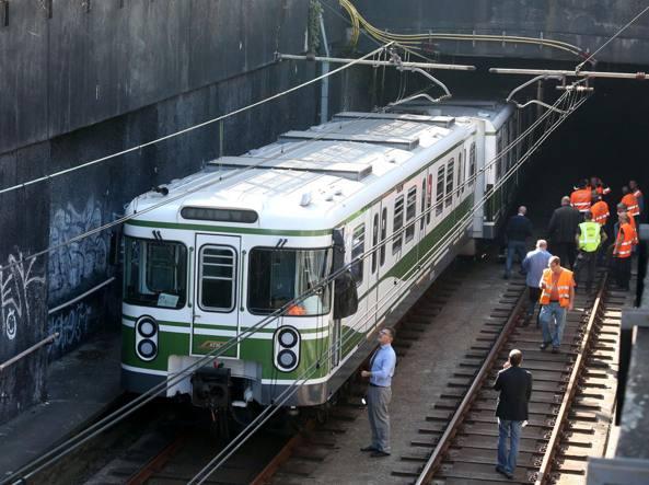 L'immagine del treno deragliato venerdì mattina intorno a mezzogiorno lungo la linea verde della metropolitana (LaPresse)
