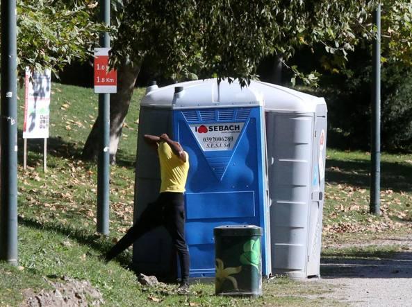 Viaggio tra i bagni pubblici di milano sono pochi - Porte per bagni pubblici ...