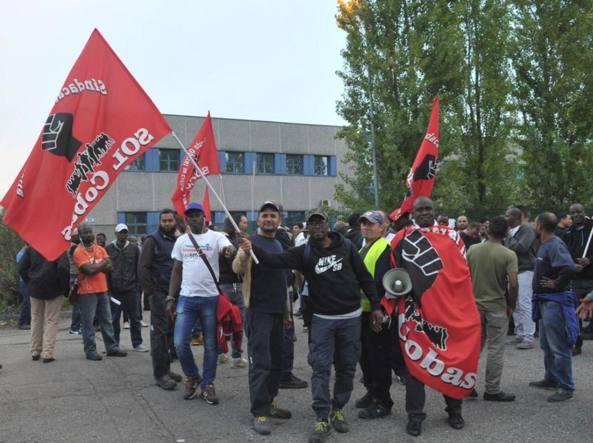Il presidio. A Carpiano, 15 giorni di protesta dei lavoratori Sda, divisi tra Si Cobas e Sol Cobas, sui nuovi contratti di lavoro dopo il ricambio tra i consorzi fornitori Cpl e Ucsa (foto Newpress)