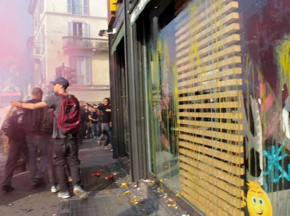 Il lancio di uova contro le vetrine di McDonald's (Omnimilano)