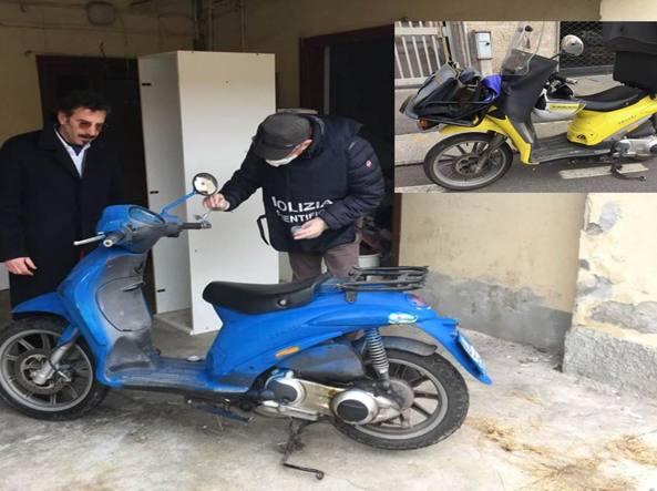 Lo scooter ridipinto di blu e, nel riquadro, uno scooter delle Poste Italiane