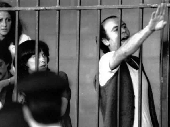 Giugno 1983, Torino, seconda udienza del processo a Prima linea: in primo piano il terrorista Enrico Galmozzi, nato a Sesto San Giovanni nel 1951 e tra i fondatori della sanguinaria formazione