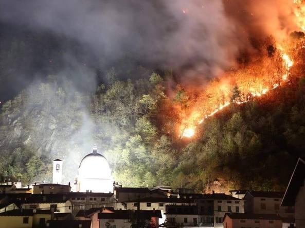 L'incendio che per tutta la notte ha minacciato le case di Morbegno (Sondrio)