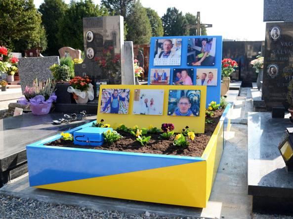 Un tomba colorata e fosforescente fa discutete Mariano Comense