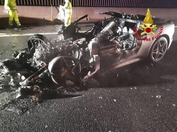 Ferrari in fiamme FOTO dopo incidente su A8 Varese-Milano