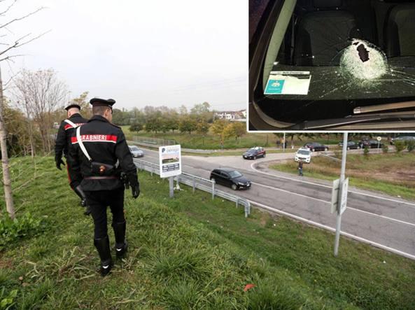 I rilievi dei carabinieri della compagnia di Cassano D'Adda sul tratto della Provinciale 121 in cui è stata lanciata la pietra ed è morta una donna