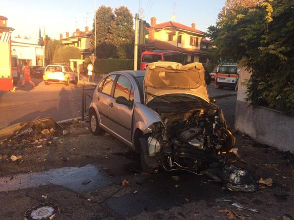 Corbetta, scontro tra pulman e auto: pullman finisce nel giardino della caserma