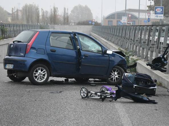 Schianto in auto: indagato per omicidio colposo papà del neonato morto
