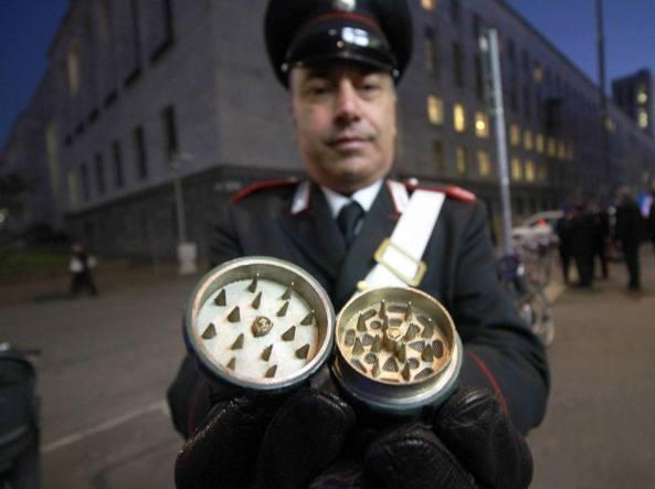 Milano, allarme davanti al Tribunale: trovata una finta bomba a mano