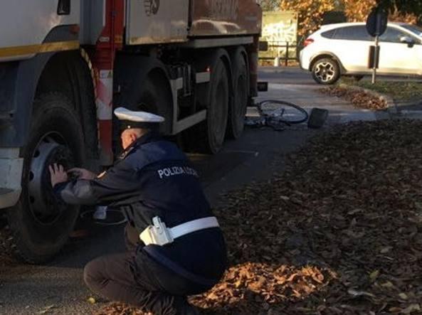 Pavia, ragazza di 15 anni investita da un camion mentre va a ...