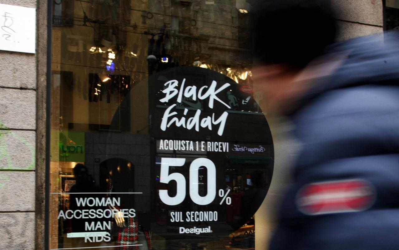 Milano i super sconti del black friday fanno scattare la for Black friday 2017 milano