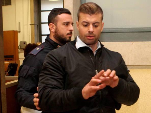 Antonio Bini al processo per direttissima mostra una lieve contusione riportata nella rissa (LaPresse)