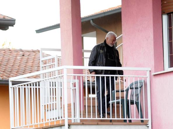 Francesco Sicignano in una foto d'archivio sul balcone di casa durante gli accertamenti (Newpress)