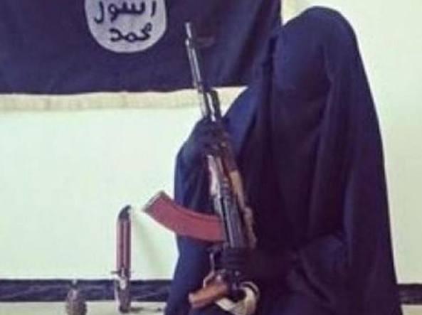 Una terrorista dell'Isis posa con il suo Ak-47, un coltello e una bomba a mano