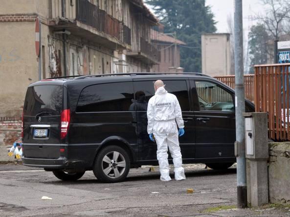 La Mercedes Vito in cui è stato scoperto il cadavere di Vincenzo Cosimo Carino. Investigatori della Scientifica alla ricerca di tracce (Newpress)