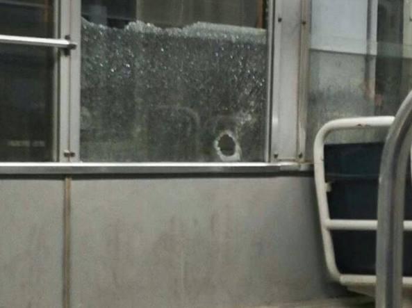 Il finestrino del tram bucato dal proiettile