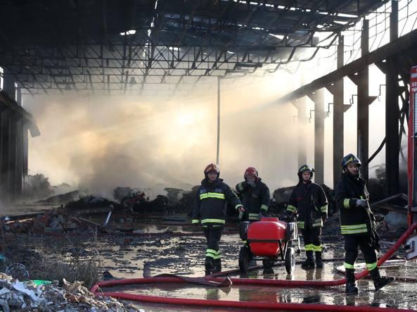 Vigili del fuoco ancora al lavoro giovedì mattina per spegnere l'incendio divampato nella fabbrica dismessa di Corteolona e Genzone (foto Marcella Milani)