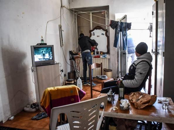 Edifici abbandonati dell ex caserma dell Aereonautica di via Della Rovere (foto Stefano Porta/LaPresse)