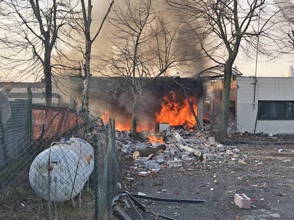 L'incendio al kartodromo di Rozzano (foto Newpress)