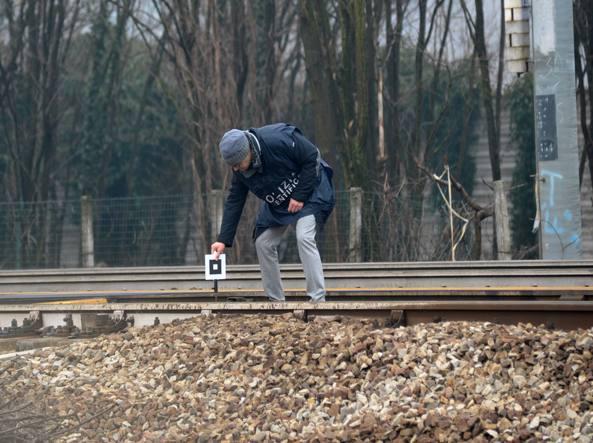 Un agente della polizia scientifica al lavoro sui binari nel punto in cui giovedì è deragliato il treno Cremona-Milano