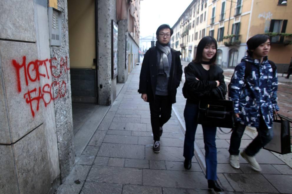 Milano anarchici in corteo imbrattano muri in corso di - Commissariato porta ticinese ...
