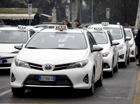 Taxi a Milano (foto simbolica, LaPresse)