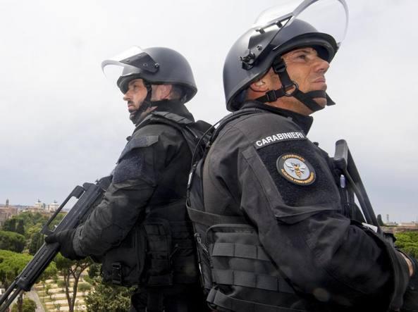 Due carabinieri del gruppo speciale Api, Aliquote primo intervento (Ansa)