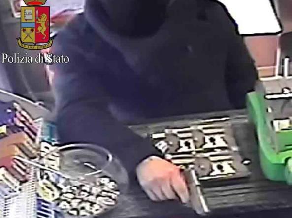 Milano nei negozi con la pistola sul bancone rapinatore - Commissariato porta ticinese ...